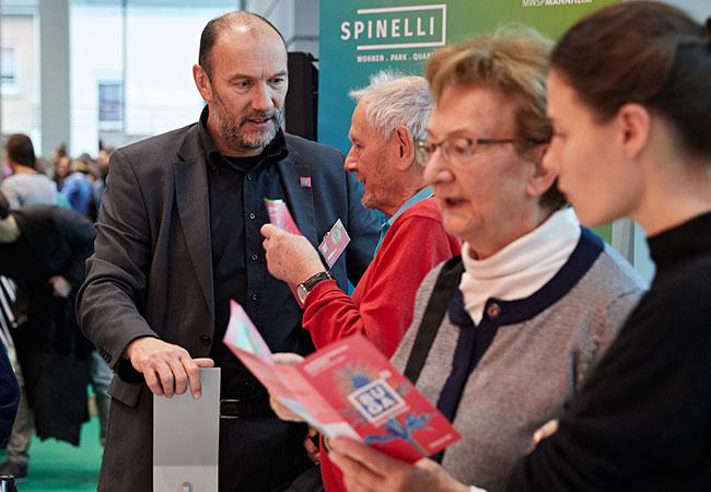 Interessierte BesucherInnen stehen um das Spinelli Modell und lassen sich dies von Michael Schnellbach erklären.
