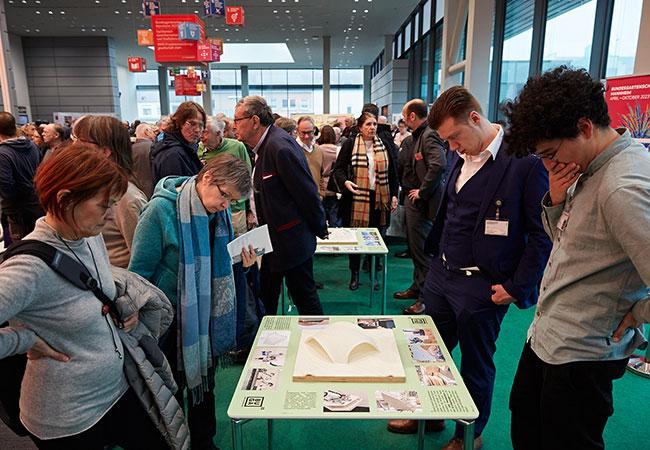 Besucher haben sich um die Modelle der bionischen Pavillions der BUGA Heilbronn 2019 versammelt, die 2023 auf der BUGA in Mannheim stehen werden.