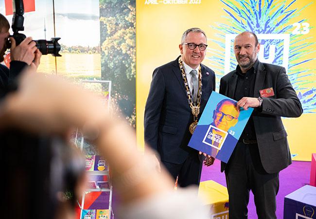 Michael Schnellbach und Oberbürgermeister Dr. Peter Kurz posieren auf dem Neujahrsempfang vor dem Stand der BUGA 23.