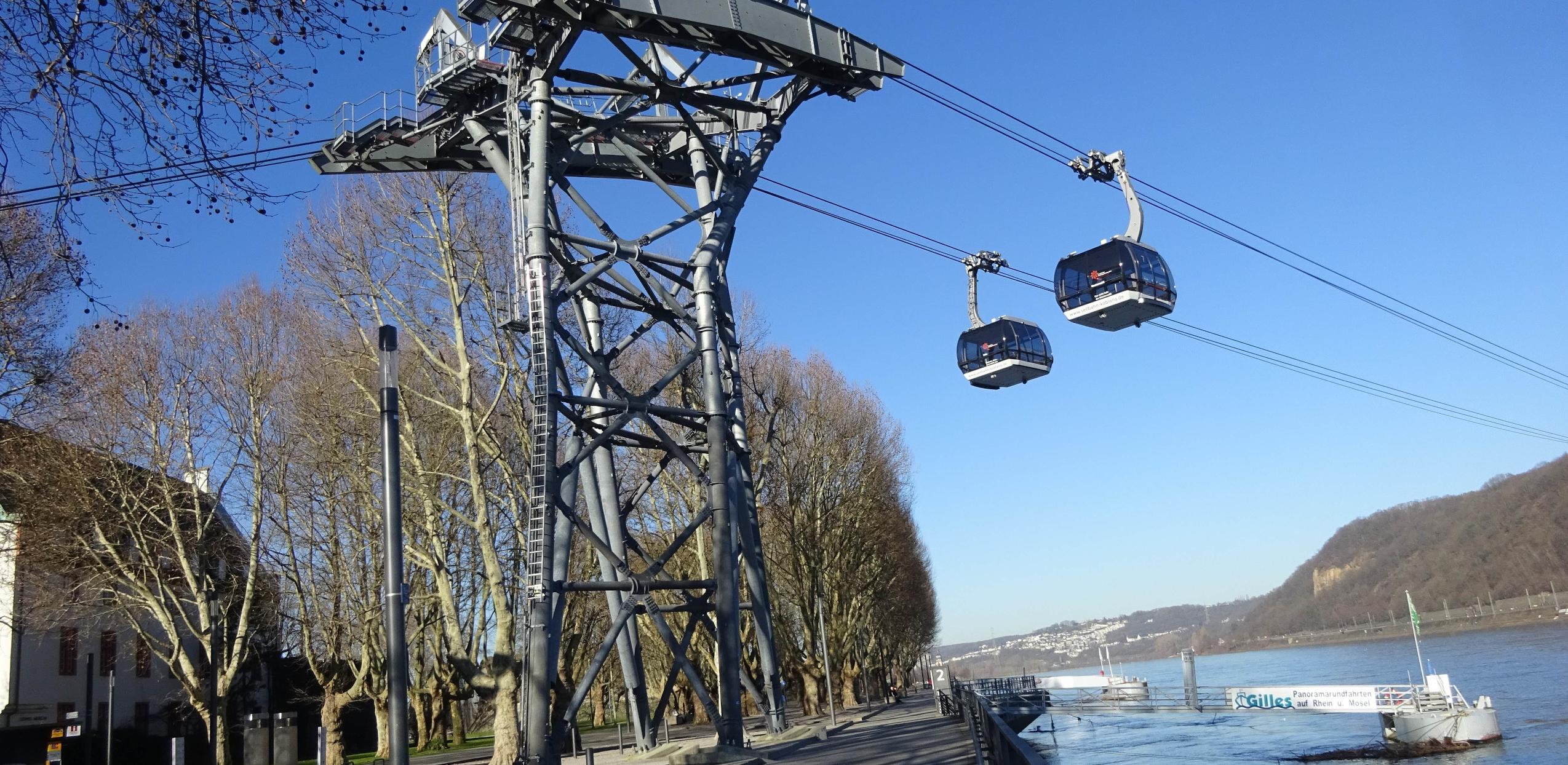Das Bild zeigt die Luftseilbahn aus Koblenz. Im Hintergrund ist der Rhein zu sehen.