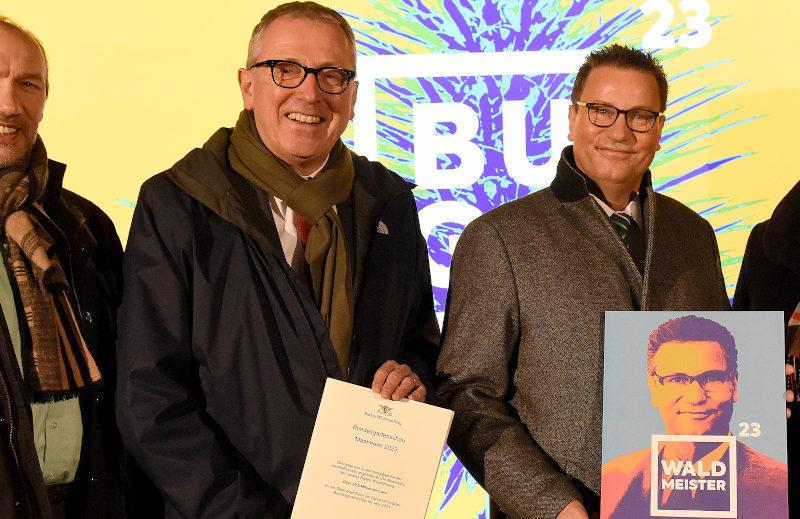 v. l. n. r. Michael Schnellbach (GF BUGA gGmbH), Dr. Kurz (OB Stadt Mannheim), Peter Hauk (Minister für Ländlichen Raum und Verbraucherschutz BW), Sylivia M. Felder (Regierungspräsidentin Karlsruhe) posieren mit dem Zuwendungsbescheid über 20,2 Mio. Euro.