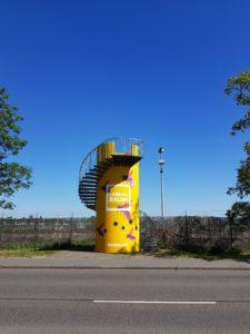 Blick auf den neu gestrichenen BUGA Turm an der Straße am Aubuckel in Mannheim.